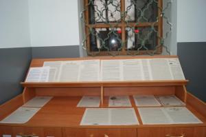 Листовки в притворе Кафедрального собора